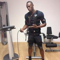 Usain Bolt. Deportista olímpico.  Ostenta ocho títulos mundiales y seis olímpicos, y posee además los récords mundiales de los 100 y 200 m lisos, y la carrera de relevos 4×100 con el equipo jamaiquino.